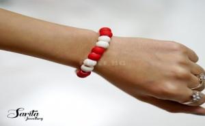 Красива Гривна Мартеничка с Червени и Бели Топчета