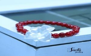 Гривна с Малки Червени Топчета и Бяло Цвете