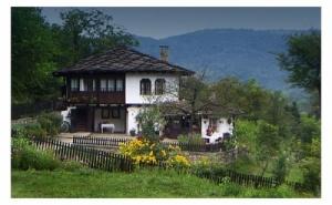 Нощувка за 10 Човека + Механа и Барбекю в Къща Двата Щрауса в <em>Боженци</em>
