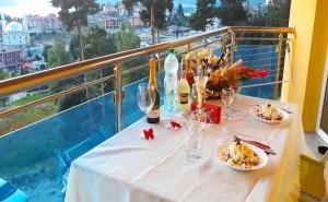 Романтична Почивка за Двама с Панорамна Гледка Към яз. <em>Доспат</em>! Нощувка в Апартамент с Джакузи + Закуска и Вечеря в Хотел Сафи!