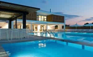 На Пясъчен Плаж през Май в The Oak Hotel - Керамоти, Гърция за Три Нощувки със Закуска, Открит Басейн, Безплатен Интернет и Паркинг / 01.05.2019 - 06.06.2019