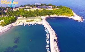 Нощувка на човек със Закуска и Вечеря + Чадър и Шезлонг на Плажа от Хотел Марина*** на Първа Линия в <em>Китен</em>