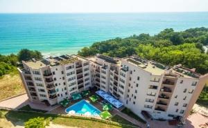 Лято 2019 на Първа Линия в <em>Обзор</em>! Нощувка на човек със Закуска, Обяд и Вечеря с Напитки + Басейн от Хотел Морето! Бонус: Чадър и Шезлонг на Плажа