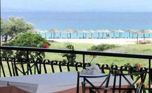 През Май на 60 Метра от Пясъчен Плаж в Хотел Makednos- <em>Ситония</em> за Една Нощувка, Закуска, Бар на Плажа, Открит Басейн и Безплатен Паркинг / 01.05.2019 - 05.06.2019