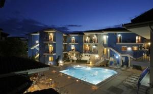 Май и Юни в Афитос, Гърция! Нощувка на човек със Закуска + Басейн в Хотел Stratos***