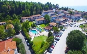 През Май в Гърция! 3 Нощувки със Закуски и Вечери + Басейн в Хотел Jenny 3*, Сивири, Халкидики! Безплатно за Две Деца до 16Г.!