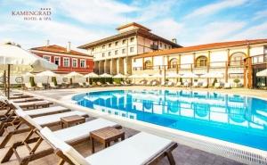 Делнична почивка в хотел Каменград****, Панагюрище! Нощувка на човек със закуска + минерални басейни и СПА