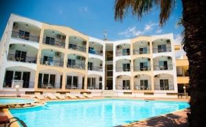 През Юни в Хотел Stavros Beach - Халкидики за Три Нощувки на човек със Закуска и Вечеря, на 100 Метра от Пясъчния Плаж на Касандра / 27.06.2019 - 30.06.2019