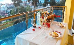 Романтична Почивка за Двама с Панорамна Гледка Към яз. Доспат! Нощувка в Апартамент с Джакузи + Закуска и Вечеря в Хотел Сафи!
