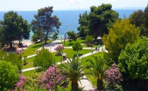 Last Minute за почивка в Гърция на 30м. от плажа. 2 или 3 All Inclusive Light нощувки + басейн в Golden Beach Metamorfosi 3*, <em>Халкидики</em>!