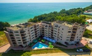 Лято на Първа Линия в <em>Обзор</em>. Нощувка, Закуска, Обяд и Вечеря с Напитки + Басейн, Шезлонг и Чадър на Плажа от Хотел Морето!