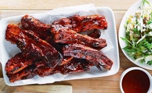 Неустоимо Вкусно Предложение! Свински Ребърца на Барбекю с Мачкани Картофи и Салата по Избор в Ресторант Ел Куку!