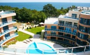 2, 4 или 6 Нощувки със Закуски и Вечери за <em>Двама</em> + Басейн, Чадър и Шезлонг на Плажа в Хотел Аквамарин, Обзор - на 100 М. от Плажа!