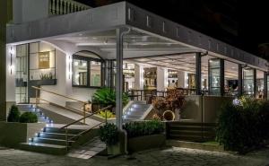 Топ Сезон в Хотел Fanari, Гърция! Нощувка за Двама, Трима или Четирима със Закуска и Вечеря на 250 Метра от Плажа!