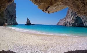 Юли и Септември на Остров <em>Лефкада</em>, Гърция! 5 Дни/3 Нощвуки със Закуски в Хотел 2/3* + Посещение на Плажа с Вятърните Мелници - Агиос Йоанис с Далла Турс!