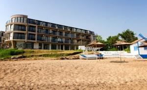 Море 2019Г., в Черноморец на Първа Линия! Нощувка за Двама със Закуска и Вечеря + Шезлонг и Чадър на Плажа в Хотел Лост Сити!