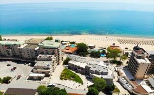 Нощувка на човек със Закуска, Обяд и Вечеря + Чадър и Шезлонг на Плажа от Хотел Извора, на 1-Ва Линия в <em>Златни Пясъци</em>
