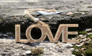 Закачаща се дървена декорация LOVE