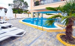Нощувка за 2-ма, 2-ма с 2 деца или 4-ма + басейн в Семеен хотел Сирена Палас***, Обзор - на 100 м. от плажа. Дете до 12г. - безплатно