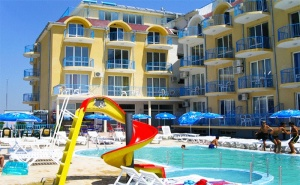 Цяло Лято в <em>Равда</em>! Нощувка със Закуска и Вечеря + Басейн в Хотел Хит, на 50М от Плажа!