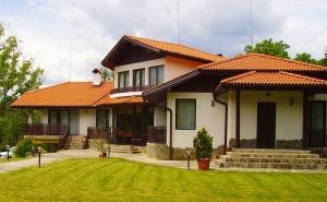 Почивка в <em>Априлци</em>! Нощувка със Закуска, Обяд* и Вечеря* + Басейн в Семеен Хотел Балкан Парадайс!