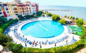 Лято на 1-Ва Линия в <em>Ахелой</em>! Нощувка със Закуска за 2-Ма с Дете или 4-Ма + Басейн в Хотел Марина Кейп