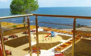 На Брега на Морето в <em>Ахтопол</em>. Нощувка или Нощувка със Закуска в Хотел Генезис, на 5Мин. до Централния Плаж!