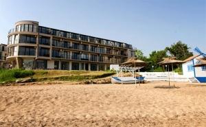 Август на Първа Линия в <em>Черноморец</em>! Нощувка за Двама със Закуска и Вечеря + Чадър и Шезлонг на Плажа в Хотел Лост Сити!