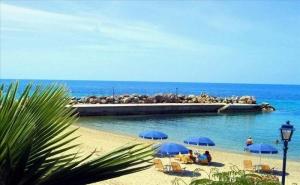 На 30 Метра от Плажа в Хотел Loutra Beach - <em>Касандра</em>, за Една Нощувка със Закуска, Басейн и Интернет/ 30.08.2019 - 20.09.2019