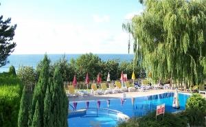 Август на 50М., от Плажа! Нощувка със Закуска и Вечеря* + Басейн в Хотел Рай, Между Каварна и Балчик!