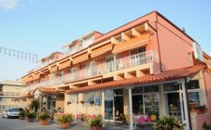 Края на Лятото на Метри от Плажа във Фанари, Гърция! Нощувка на човек в Двойна, Тройна или Четворна Стая в Хотел Villa Theodora!