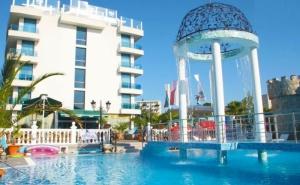 Късно лято в Китен! Нощувка на човек със закуска или закуска и вечеря + басейн в хотел Китен Бийч, на 200 м. от плажа в Китен