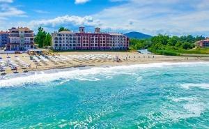 Август и Септември на Първа Линия в <em>Царево</em>! Нощувка със Закуска за Двама с Деца + Басейн в Primea Beach Residence, Къмпинг Нестинарка!