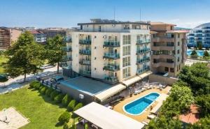 Нощувка на човек със закуска и вечеря + басейн в хотел Свети Димитър, Приморско