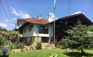 Нощувка за 10 Човека + Механа и Барбекю в Дядовата Къща в Елена