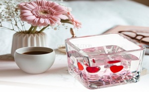 Декоративна Свещ в Чашка с Розови Кристалчета и Сърчица