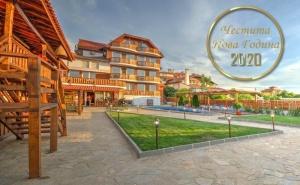 Нова Година в <em>Синеморец</em>! 3 Нощувки със Закуски, Обеди, Следобедни Закуски и Вечери, Едната Празнична + Неограничен Български Алкохол в Хотел Каса Ди Ейнджъл