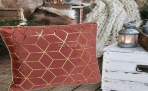 Декоративна Кадифена Възглавница в Цвят Бордо със Златни Орнаменти