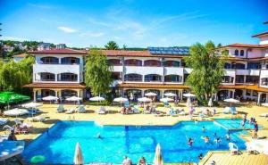 Посрещнете или Изпратете Лятото в Хотел Фемили Резорт Сънрайз 3*, <em>Слънчев бряг</em> - Една Нощувка на Ол Инклузив,  Ползване на Два Открити Басейна, Чадър и Шезлонг на Басейна,  ...