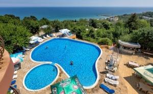 Нощувка на човек на База All Inclusive + Басейн, Чадър и Шезлонг на Плажа от Хотел Аргищ Палас***, <em>Златни Пясъци</em>. Дете до 12Г - Безплатно!