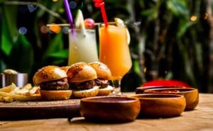 70 или 100 Вкусни Мини Сандвича или Парти Кюфтенца Готови за Сервиране от Криейтив Кетъриг