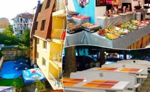 Нощувка на човек със Закуска, Обяд и Вечеря + Басейн в Семеен Хотел Грийн Палас, Китен