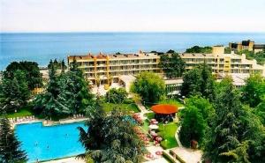 До края на юни: Нощувка на човек със закуска + басейн на 30 м. от плажа в хотел Амбасадор***, Златни Пясъци. Дете до 13г. - безплатно