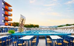 Нощувка за двама, трима или четирима + басейн в хотел Хелоу Хисар