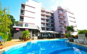 Нощувка в апартамент с капацитет до четирима + басейн в хотел Сапфир, Слънчев Бряг