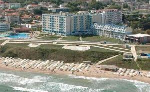 През Юли до Плажа в Хотели Перла Бийч I и Ii - Приморско, за Една Нощувка,изхранване на Ол Инклузив, Чадъри и Шезлонги на Басейна / 01.07.2020  - 31.07.2020 г./