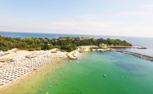 На ПЪРВА ЛИНИЯ в Китен! Нощувка на човек със закуска + шезлонг и чадър на плажа в хотел Марина***