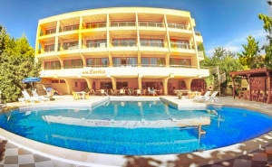 Нощувка на човек със закуска и вечеря с напитки + басейн в хотел Екзотика, Златни Пясъци