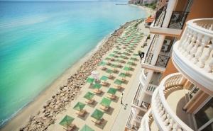 Mоре 2020 на 1-Ва Линия в Елените! Нощувка на База All Inclusive + Басейн, Шезлонг и Чадър на Плажа и Аквапарк в Хотел Роял Бей**** Дете до 12Г. - Безплатно