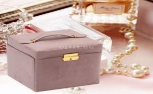 Квадратна Кадифена Кутия за Бижута с Ключалка